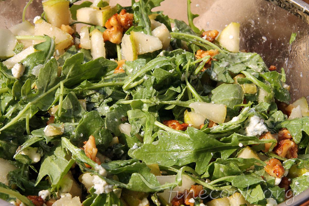 Салат с грушей сыром и грецкими орехами